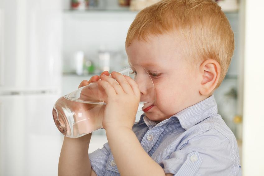 Cho bé uống nhiều nước nếu bị tiêu chảy